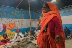 Dancingowa kobieta wśród Indiańskiego Hinduskiego sadhus Fotografia Stock