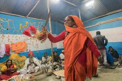Dancingowa kobieta wśród Indiańskiego Hinduskiego sadhus Zdjęcia Royalty Free