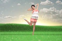 Dancingowa kobieta w barwionej sukni Zdjęcia Royalty Free