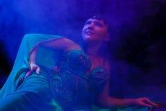 Dancingowa kobieta w orientalnym kostiumu Obrazy Royalty Free