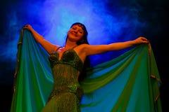 Dancingowa kobieta w orientalnym kostiumu Obraz Royalty Free