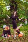 Dancingowa kobieta z koszem kwiaty w jesień parku Obraz Stock