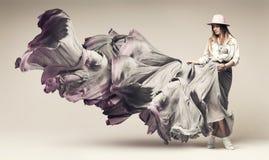 Dancingowa piękna blond kobieta w spływanie sukni Fotografia Stock