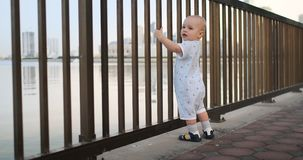 Dancingowa rozochocona Europejska chłopiec ostro protestować, tanczy trwanie i patrzeje widok blisko ogrodzenia utrzymuje brzęcze zdjęcie wideo