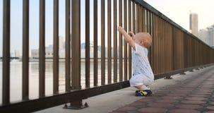 Dancingowa rozochocona Europejska chłopiec ostro protestować, tanczy trwanie i patrzeje widok blisko ogrodzenia utrzymuje brzęcze zbiory wideo