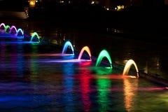 Dancingowa Wielo- Barwiona fontanna przy ciemną nocą Zdjęcia Stock