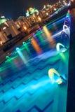 Dancingowa Wielo- Barwiona fontanna przy nocą Obrazy Royalty Free