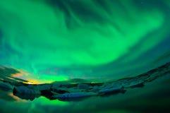 Dancingowa zorza nad lodowiec laguną Zdjęcia Stock