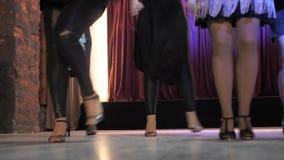 Dancingowe dziewczyny w rocznika klubie W ramowym tylko nogi zdjęcie wideo