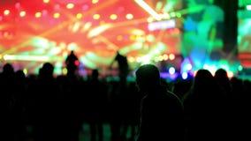 Dancingowej dziewczyny fan sylwetki na koncertowych rozblaskowego światła rozochoconych rękach w powietrzu zbiory