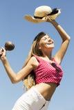 Dancingowej dziewczyny hondling marakasy i kapelusz Fotografia Royalty Free