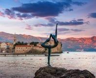 Dancingowej dziewczyny statua przy zmierzchem Montenegro adriatic morza Zdjęcie Stock