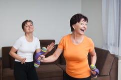 dancingowej sprawności fizycznej starsi kobiety potomstwa zdjęcia royalty free