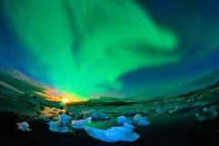 Dancingowi auroraborealis nad lodowiec laguną Obraz Royalty Free