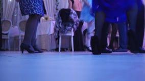 Dancingowi ludzie w ślubie - nogi zbiory