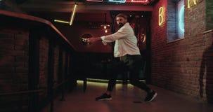 Dancingowi mężczyzna z brodatym w świetlicowym stylu wolnym zbiory wideo