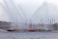 Dancingowi tugboats na Neva rzece Morski festiwal icebreakers w St Petersburg Zdjęcia Stock