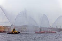 Dancingowi tugboats na Neva rzece Morski festiwal icebreakers w St Petersburg Zdjęcie Stock