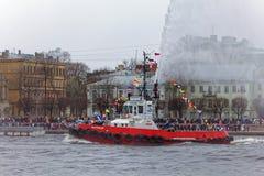 Dancingowi tugboats na Neva rzece Morski festiwal icebreakers w St Petersburg Fotografia Royalty Free
