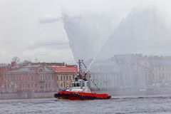 Dancingowi tugboats na Neva rzece Morski festiwal icebreakers w St Petersburg Fotografia Stock