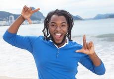 Dancingowy amerykanina afrykańskiego pochodzenia facet z dreadlocks obrazy royalty free