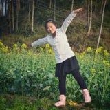 Dancingowy azjatykci wiejski dziecko zdjęcie stock