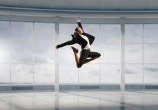 Dancingowy bizneswoman w biurze Mieszani środki Zdjęcie Royalty Free