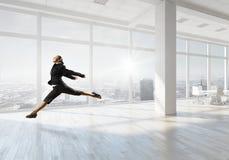 Dancingowy bizneswoman w biurze Mieszani środki Zdjęcia Royalty Free
