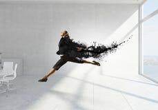 Dancingowy bizneswoman w biurze Mieszani środki Fotografia Stock