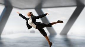 Dancingowy bizneswoman w biurze Mieszani środki Zdjęcia Stock