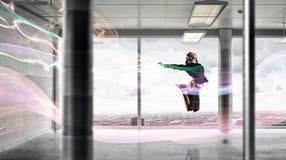 Dancingowy bizneswoman w biurze Mieszani środki Zdjęcie Stock
