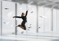 Dancingowy bizneswoman w biurze Mieszani środki Obrazy Stock