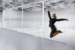 Dancingowy bizneswoman w biurze Mieszani środki Obrazy Royalty Free
