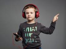 Dancingowy dziecko mali chłopiec hełmofony dzieciak słuchająca muzyka Obraz Stock