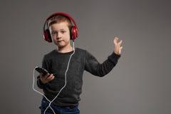 Dancingowy dziecko mali chłopiec hełmofony dzieciak słuchająca muzyka Fotografia Stock