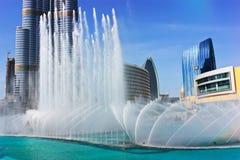 Dancingowy fontanny śródmieście w spowodowany przez człowieka jeziorze w Dubaj i Fotografia Royalty Free