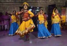 Dancinh in Holi Stock Afbeeldingen