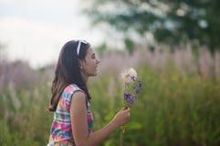 Dandelion fundindo da menina Imagem de Stock
