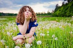 dandelion podmuchowa dziewczyna Fotografia Royalty Free