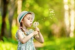 dandelion podmuchowa dziewczyna trochę Zdjęcia Royalty Free