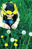 dandelions dziewczyny szczęśliwi potomstwa Obraz Stock