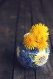Dandellions em um wase rústico Foto de Stock Royalty Free