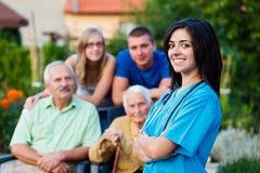 Dando boas-vindas à equipa de tratamento do lar de idosos Fotos de Stock Royalty Free