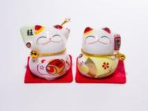 Dando boas-vindas ao gato afortunado japonês O Maneki Neko fotos de stock royalty free
