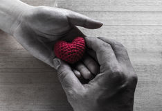 Dando coração vermelho a seda dada forma Imagens de Stock Royalty Free