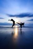 Dando dei calci alla morte quando aumento del sole Fotografie Stock
