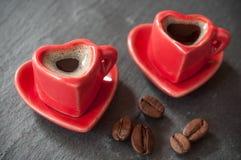 Dando forma à xícara de café do coração com decorat dos feijões de café Imagens de Stock Royalty Free