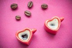 Dando forma à xícara de café do coração com decorat dos feijões de café Fotos de Stock Royalty Free