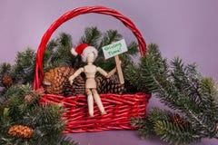 Dando il messaggio di tempo tenuto dalla bambola congiunta di legno del manichino che si siede nel canestro rosso in pieno dei pi immagine stock libera da diritti