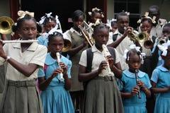 Dando la bienvenida al ` s de los niños congriegue en Robillard, Haití Imagenes de archivo